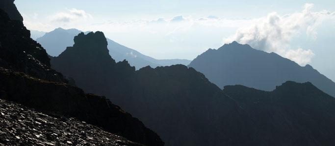 Mystische Stimmung der Bergsilhouetten
