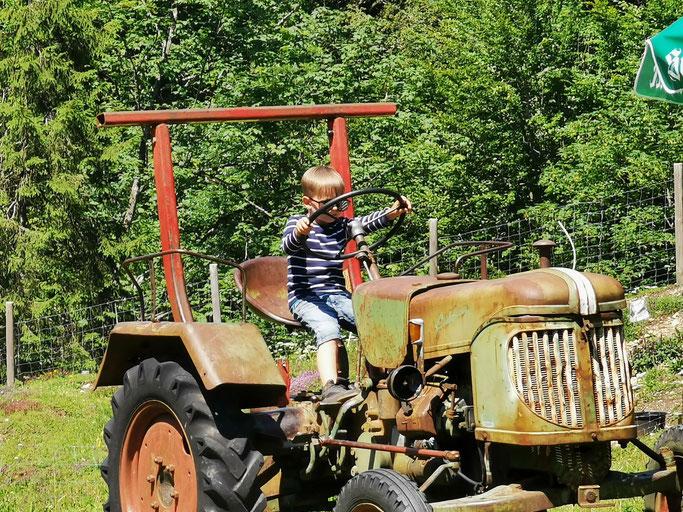 Hoch im Kurs stand der Traktor am Kinderspielplatz.