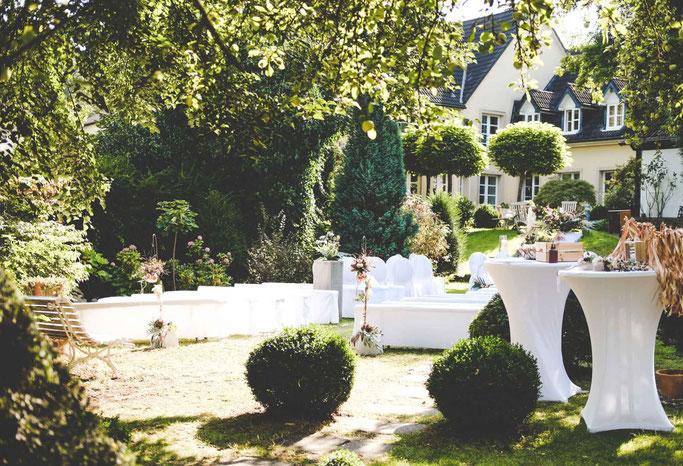 Romantikhotel Neuhaus Iserlohn Hochzeitsloction Brautpaar freie Trauung