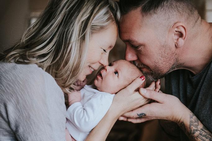 Babyfotos mit der großen Schwester Newbornfotografie Familienfotografie Dortmund