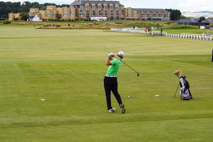 Golfspieler auf dem Golfplatz St. Andrews in England
