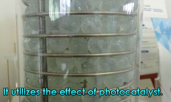 It utilizes the effect of photocatalyst.