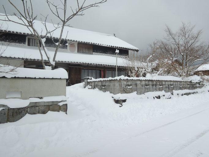 2017年、冬景色の古民家民宿千屋アウトドアハウス、積雪50〜60センチ