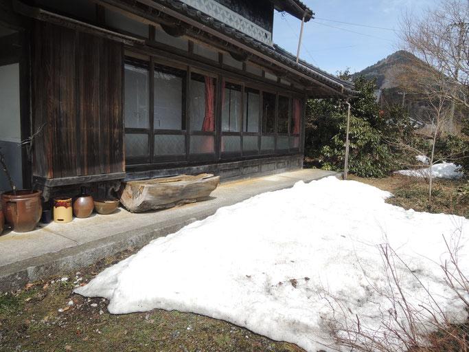 3月下旬、軒先に雪の残る、古民家民宿千屋アウトドアハウス