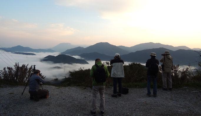 明智峠からの雲海を撮影する皆さん