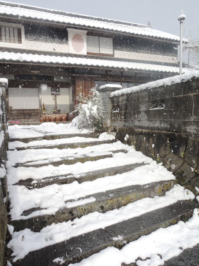 2018年4月8日朝、季節外れの積雪。千屋アウトドアハウス前。