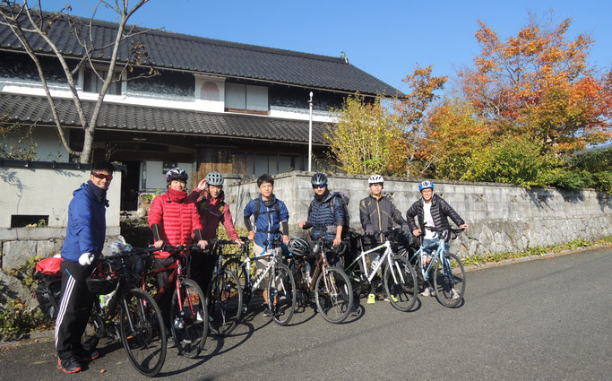 宿の前にて、大阪大学サイクリング部の皆さん☆