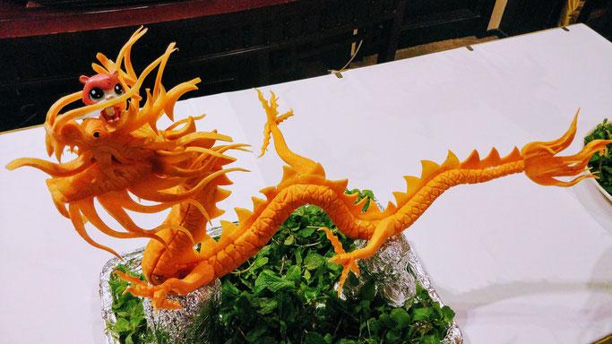 Jean-Mi se planque dans un dragon en carotte