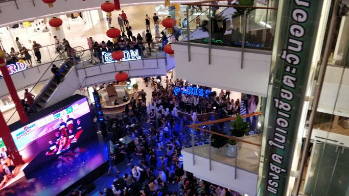 une foule d'ados en délire attend le concert de leurs stars préférées, en plein milieu d'un mall