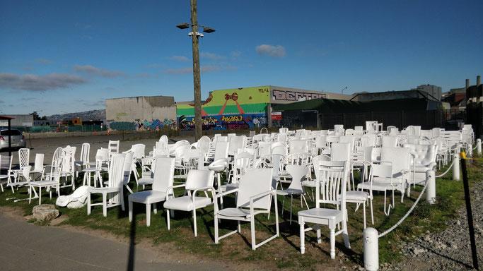 L'oeuvre éphémère des 185 chaises vides, hommage aux victimes de 2011