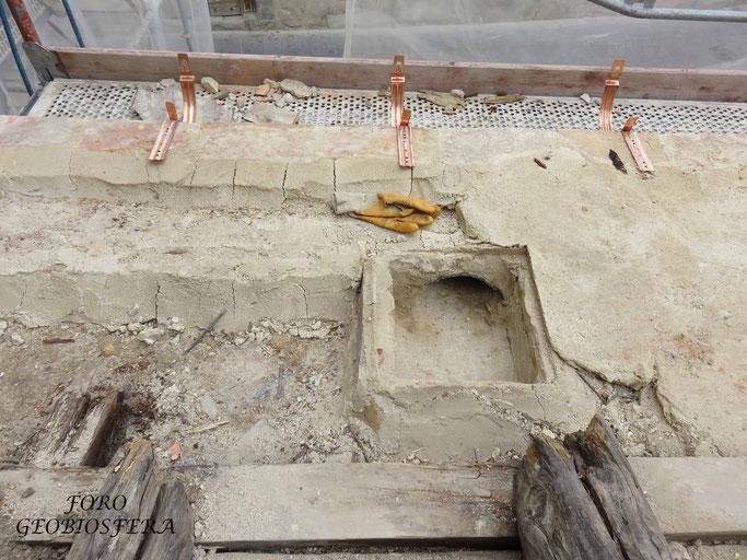 Nidal de vencejo habilitado bajo la cubierta, con salida bajo el canalón. (Foto: F. Javier Sáez Frayssinet)
