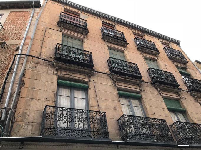 La fachada del edificio antes de comenzar las obras de rehabilitación. Entre ménsula y parte inferior del balcón situaban sus nidos varias parejas de vencejos. (Foto: Carlos Bielsa)