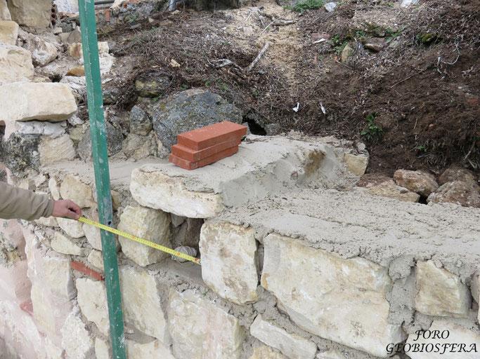 En la reconstrucción de muros se construyeron mechinales con funcion arquitectónica y medioambiental para favorecer la nidificación de distinas especies. (Foto: F. Javier Saez Frayssinet)