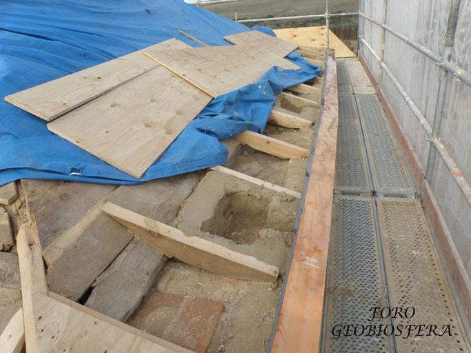 Espacio bajo cubierta aprovechados para habilitar espacios de nidificación. (Foto: F. Javier Sáez Frayssinet)