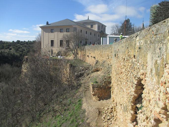 Estado en el que se encontraba un tramo de la muralla sur al iniciarse las obras. (Fuente: https://www.alcazardesegovia.com/)