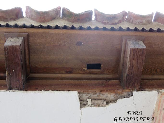 Detalle del hueco de acceso a la parte interior del alero de la cubierta. En total, se habilitarón 4 huecos por fachada para un total de 16. (Foto: F. Javier Sáez Frayssinet)