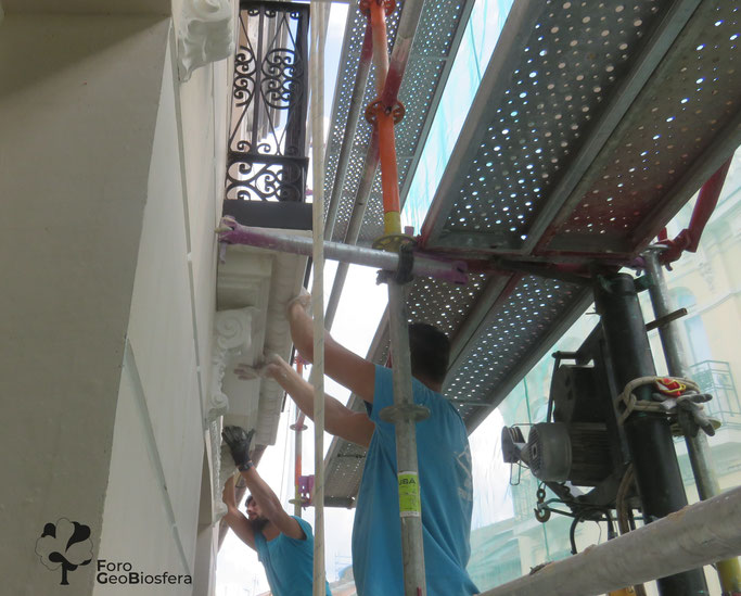 Colocación de las ménsulas bajo los balcones. (Foto: F. Javier Sáez Frayssinet)