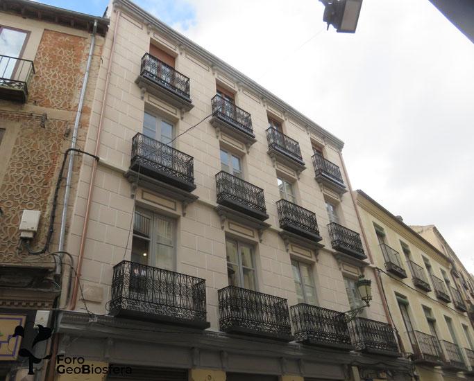 Fachada del edificio una vez completadas las obras de restauración. Como puede observarse, las entradas a los nidales pasan desapercibidas desde la calle. (Foto: F. Javier Sáez Frayssinet)