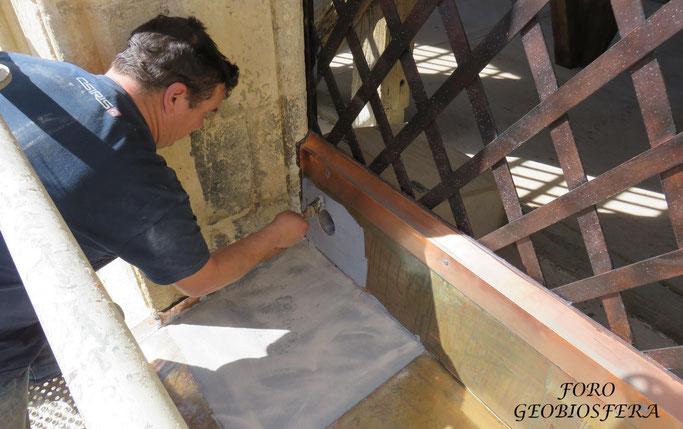 Adecuación de la entrada en los ventanales del campanario a los nidales para cernícalos. (Foto: F. Javier Sáez Frayssinet)