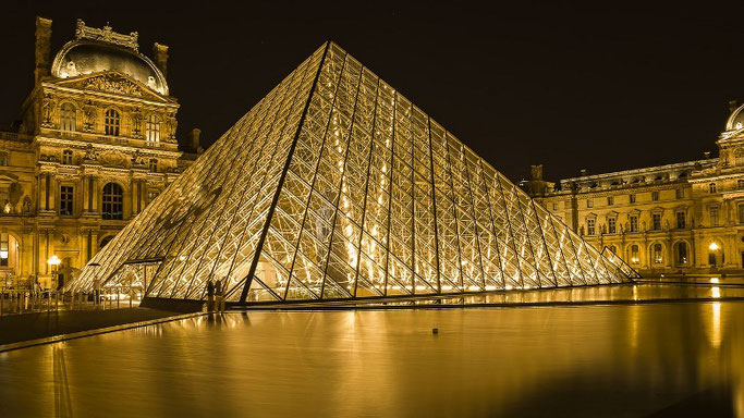 Louvre Pyramide bei Nacht