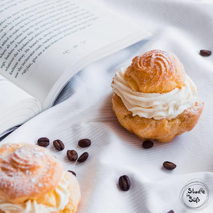 Windbeutel mit weißer Kaffeesahne