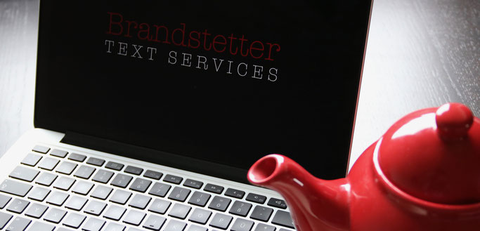 Arbeitsplatz von Isabelle Brandstetter mit Laptop und Teekanne