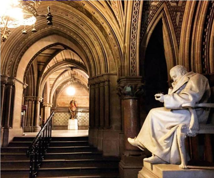 世界一美しいゴシック建築:マンチェスター市庁舎 ジュール像
