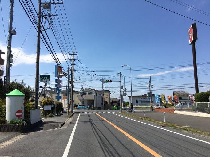 はい、この信号の所の左側の建物です!