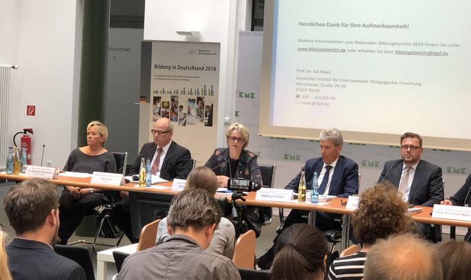Bildungsberichts-PK in Berlin: Susanne Eisenmann, Ties Rabe, Anja Karliczek, Helmut Holter, Kai Maaz (von links). Foto: JMW.