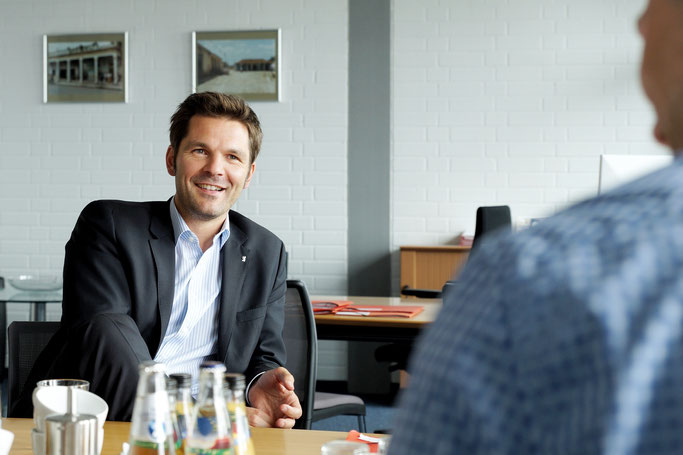 Steffen Krach. Fotos: Senatskanzlei/Lukas Hofmann