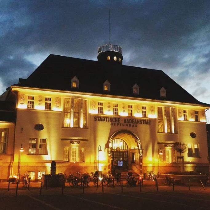 Beleuchtetes Neptunbad in Ehrenfeld