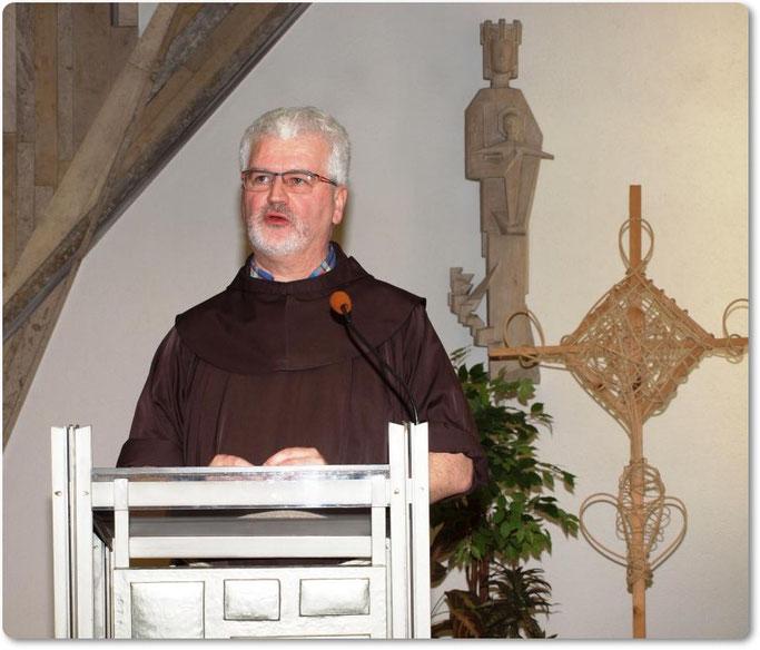 """Pater Christoph Kreitmeir referierte in der Kapelle des Klinikums Lichtenfels zu dem interessanten Thema """"Hauptsache gesund"""""""