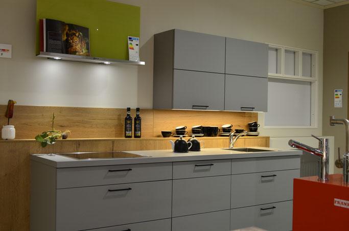 Küche in neuen Küchenausstellung 2019 in grau und Eiche Altholz Nachbildung