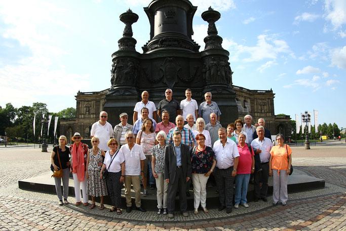 Vor dem König-Johann-Denkmal und der Semperoper in Dresden