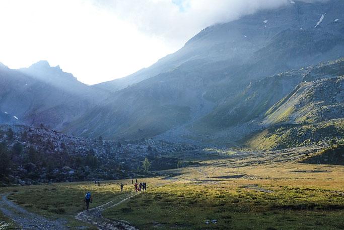 Randonnée en montagne dans les Alpes suisses, en groupe, à la découverte de la nature