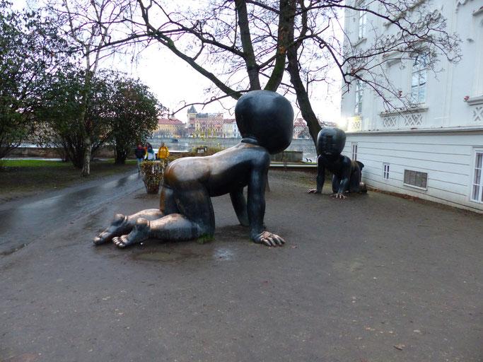Reuzenbaby's naast Museum Kampa