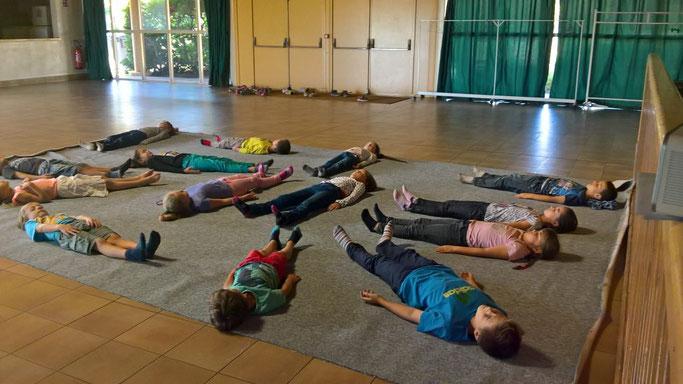 Après une journée de classe,  méditation de pleine présence en début de cours de théâtre