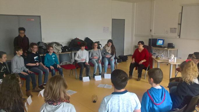 Les élèves de 6e du collège Victoire Daubié à Plouzané expérimentent la pratique de l'attention, avant l'atelier philo