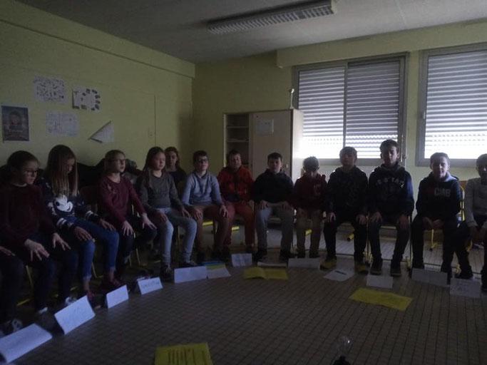 La séance de méditation de pleine conscience qui inaugure chaque atelier : les élèves se prêtent volontiers à l'activité et en retirent bien-être et concentration