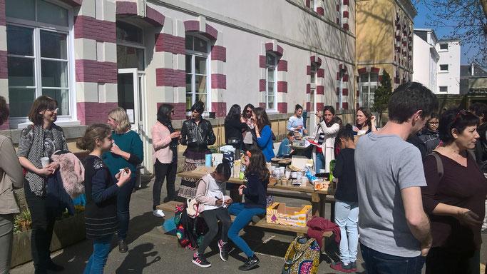 La pause goûter: un moment d'échange avec parents et enseignants dans la cour de l'école de Kerentrech, à Lorient !