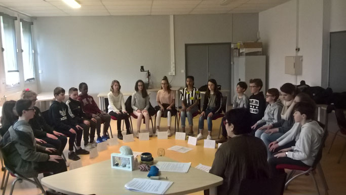 Les collégiens du collège V. Daubié de Plouzané en méditation de pleine conscience (4 mn) avant l'atelier philo.