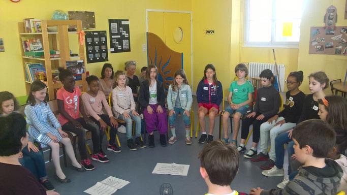Les enfants pendant la séance de pratique de l'attention, un moment qu'ils ont adoré !
