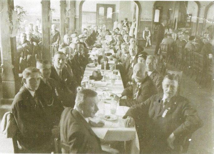 Hauptversammlung im Saal des Bahnhofshotels Klotzsche um 1935 (v.l. Helmut Behnisch, 3.v.l. Willy Kutzmann)