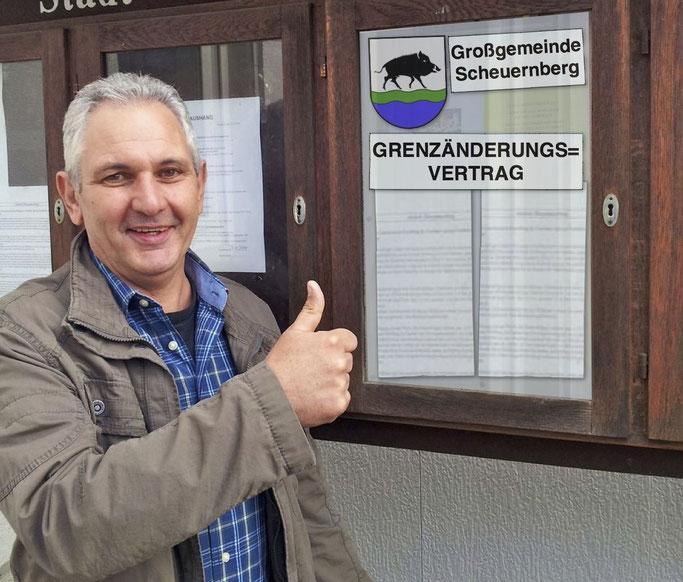 Jetzt ist es amtlich: Der neue Erste Beigeordnete Karl-Peter Wirth präsentiert stolz den Grenzänderungsvertrag (Foto: Kramer, Bildbearbeitung: Radkovsky)