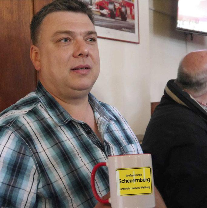 Stolzer Rathauschef: Heiko Rabs zeigt ein erstes Souvenir mit dem neuen Ortsschild. (Foto: Bock; Bildbearbeitung: Radkovsky)
