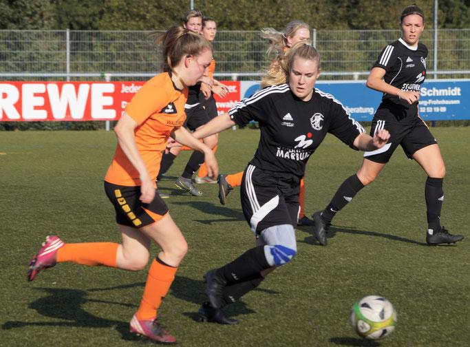 Fiona Kempf (mitte) und Kyra Struttmann (rechts) siegten mit dem Team der FSG Ebsdorfergrund beim SSV Oranien Frohnhausen
