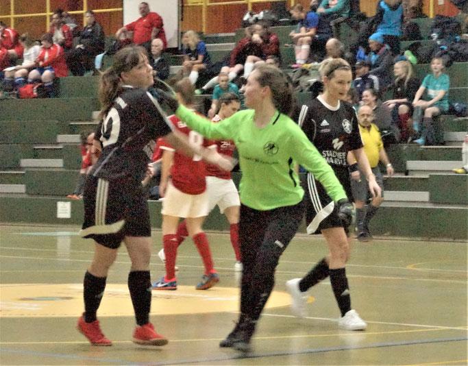 FSG-Torfrau Sina Kageler beglückwünscht Torschützin Elisa Schubert zum Führungstreffer gegen Eintracht Lollar I