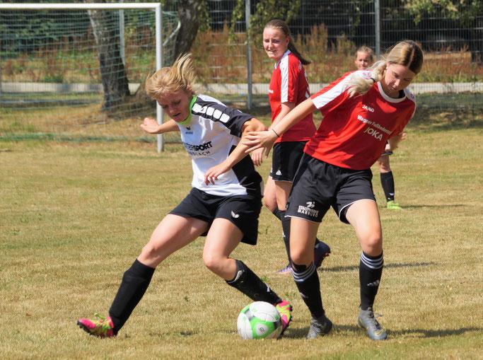 Stellten mit ihren Toren zwischenzeitlich den Ausgleich für die FSG Ebsdorfergrund im Testspiel gegen den SV-Battenhausen her: Lisa Debelius (rechts am Ball) und Nina Schuback (mitte im Hintergrund)