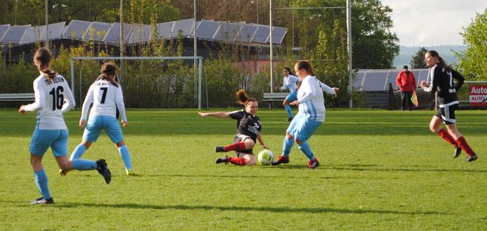 Auch der kompromisslose Einsatz von FSG-Spielerin Elisa Schubert (Mitte) konnte die Niederlage gegen den haushohen Favoriten TSV Bicken nicht verhindern