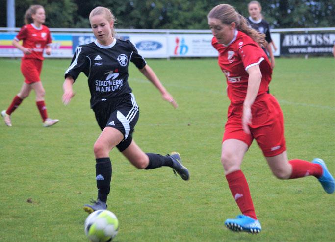 Mit 0:2 zog sich die FSG Ebsdorfergrund mit Lisa Debelius (schwarzes Trikot) in einem ansprechenden Spitzenspiel der Frauenfußballoberliga gegen den favorisierten RSV Roßdorf gut aus der Affäre